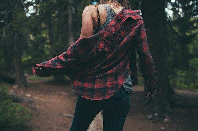 dívka ve flanelové košili