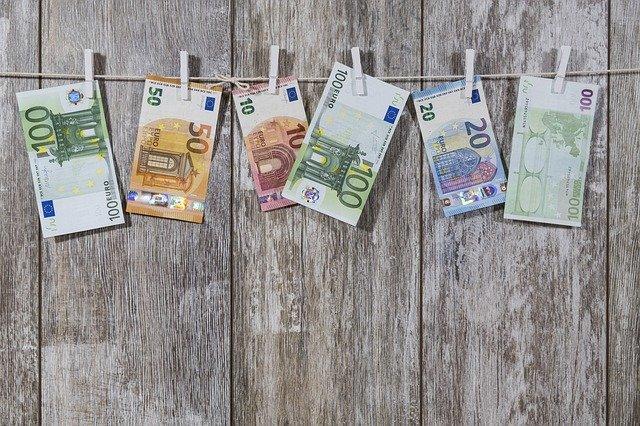 peníze na šňůře
