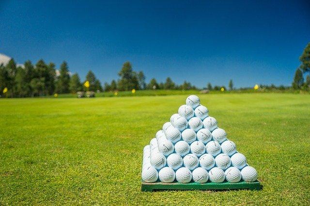 pyramida z míčků