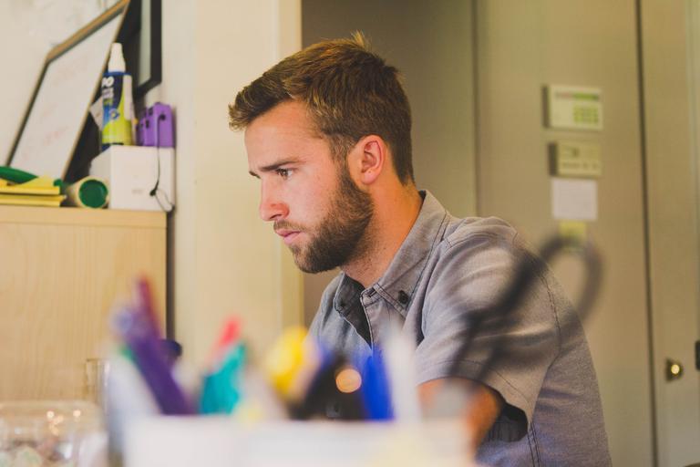 muž v pracovně